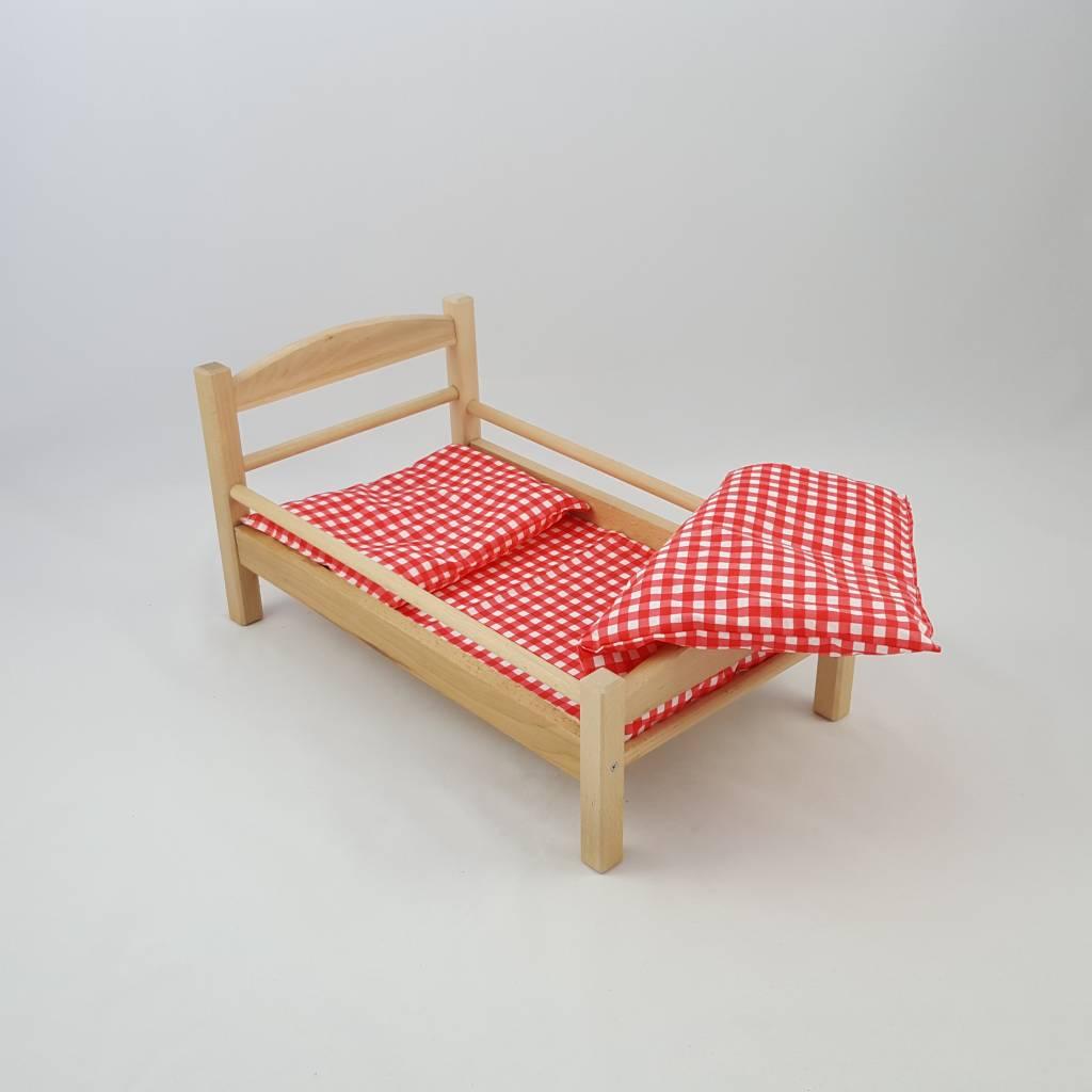 s es puppenbett aus holz mit rot wei kariertem bettbezug decor of world. Black Bedroom Furniture Sets. Home Design Ideas