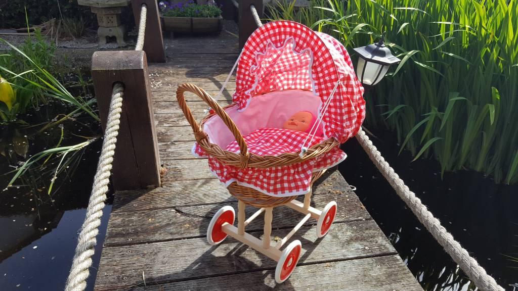 Decor Of World Süßer Puppenwagen aus Weide geflochten - rot-weiß kariert, inkl. Decken und Kissen