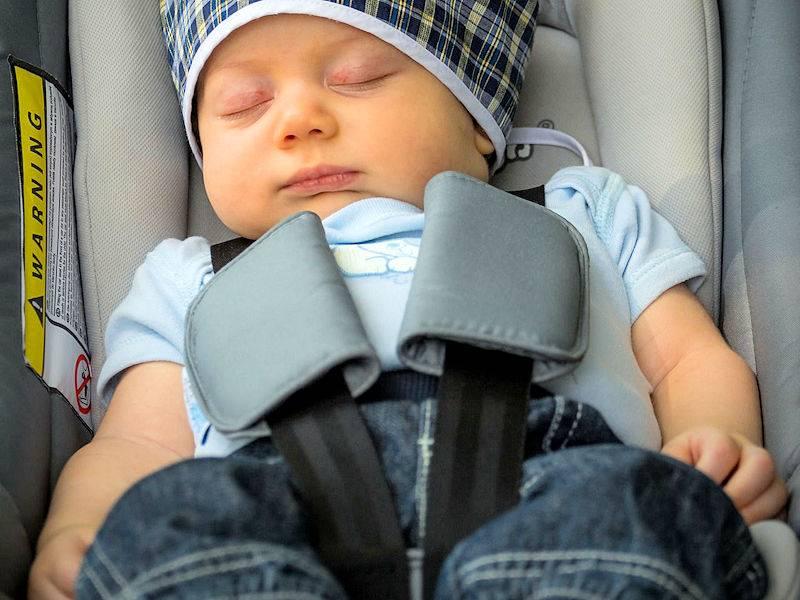 kan een baby veilig in de baby autostoel slapen