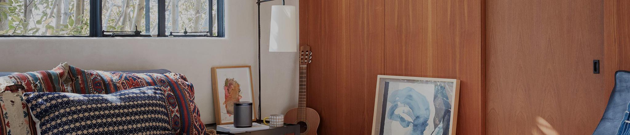 sonos play 1 geplaatst in slaapkamer naast bed als wekker