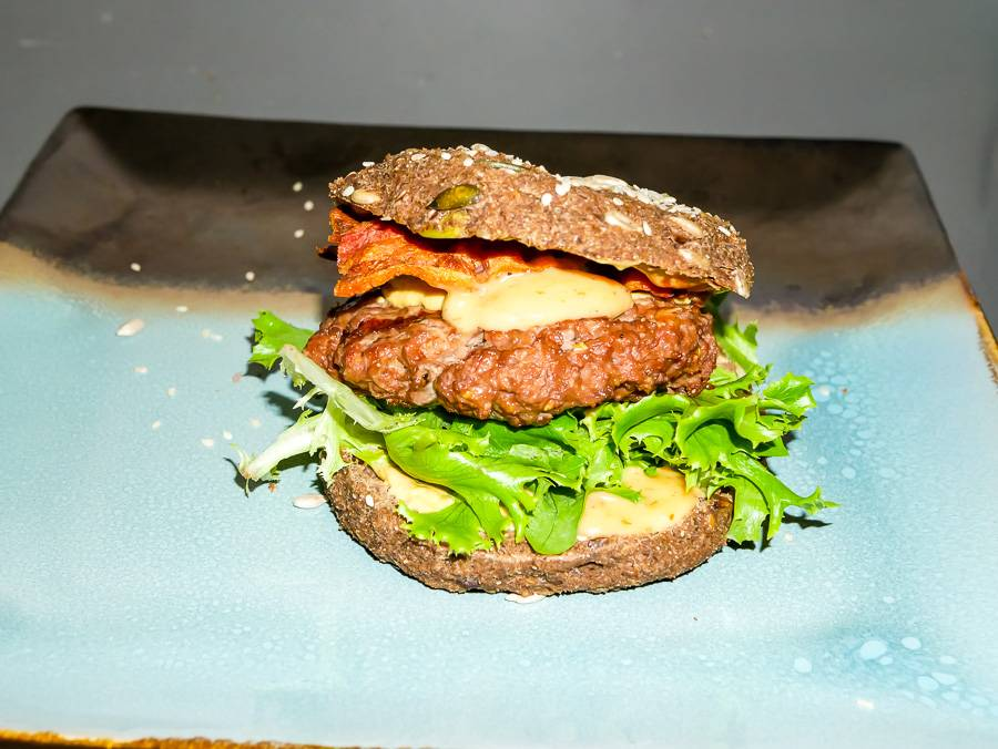 Paleo Straußen-Burger mit Paleo Burger Brötchen von Organic Workout