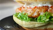 Chicken-gambaburger met avocadomayonaise