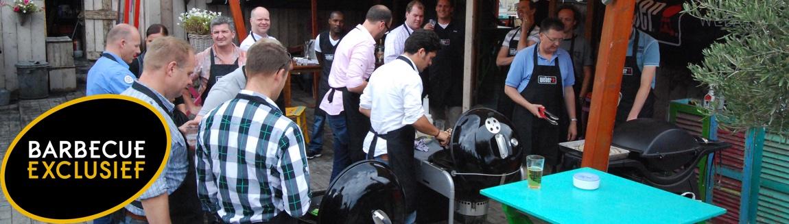 bbq workshop beach waar de gasten bezig zijn met het bereiden van eten op de barbecue.
