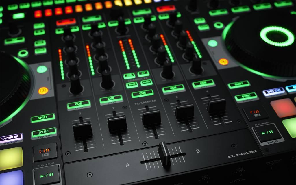 Roland Bundle DJ-808 DJ-Controller Serato DJ808 + case RRC-DJ808W winkelmodel