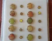 Brads, knapper og forskellige dekorationsgenstande