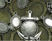 Metall og tre ornamenter / pynt, charms