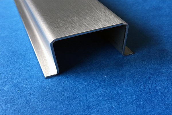 hut profil aus edelstahl 4 fach gekantet oberfl che. Black Bedroom Furniture Sets. Home Design Ideas