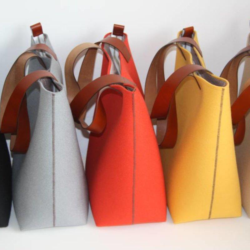 Handgemaakte Vilten Tas : Mooie handgemaakte vilten tas met leren hengels en details