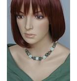 Kazuri Halsketten Unikate Halskette mit unterschiedlich geformten Keramikelementen in Grün