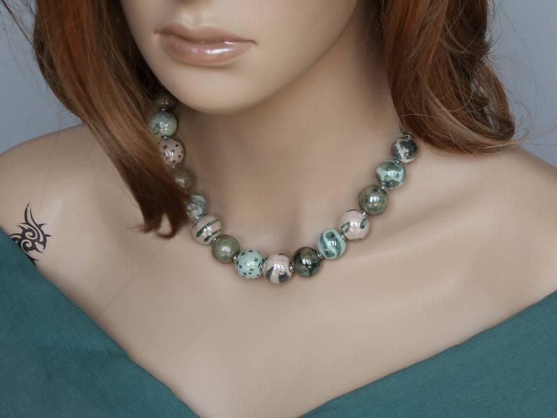 Kazuri Halsketten Kleine Kugel Keramikkette Grün Bemalung