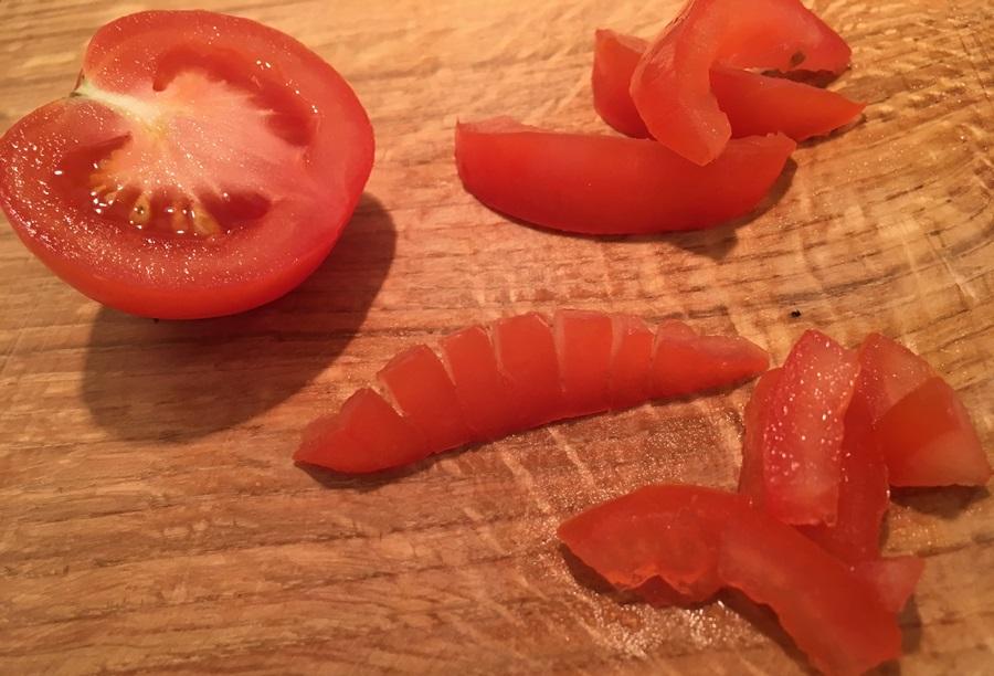 Tomaat in maantjes snijden