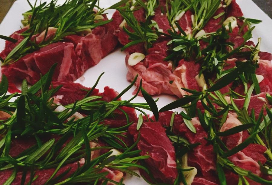 Gevulde ribeye met knoflook en rozemarijn