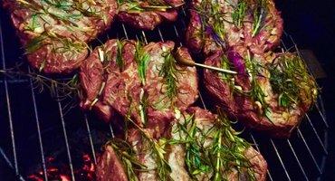 Biefstuk? Maak de ribeye met knoflook en rozemarijn