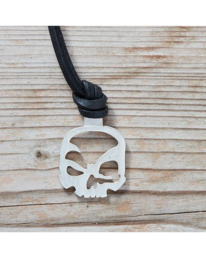 scull-art Necklace with leather strap and skull pendant in 925 sterling silver.