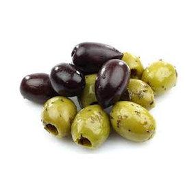 Schaal met olijven, kaas en worstsoorten