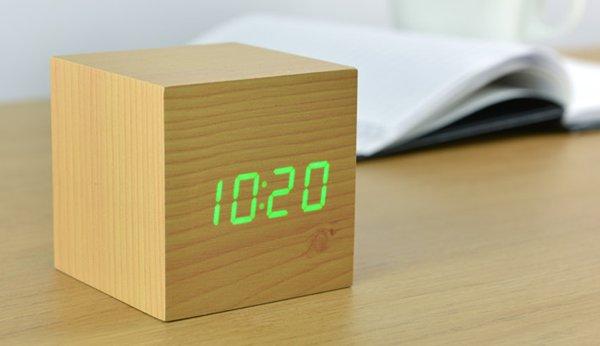 Click Clock cube beukenhout met groene led