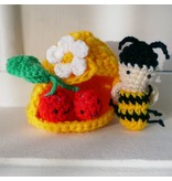 Gehaakt Bijtje met bijenkorf & kersen