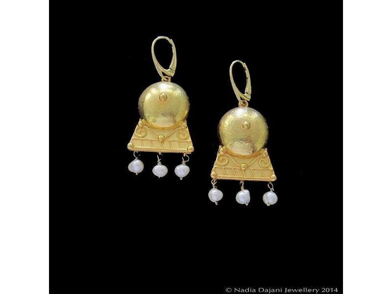ROMAN EARRING HAMMERED WITH PEARLS