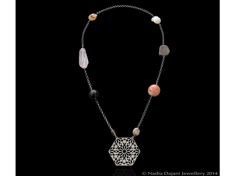 CHAIN NECKLACE, STONES AND HEXAGON