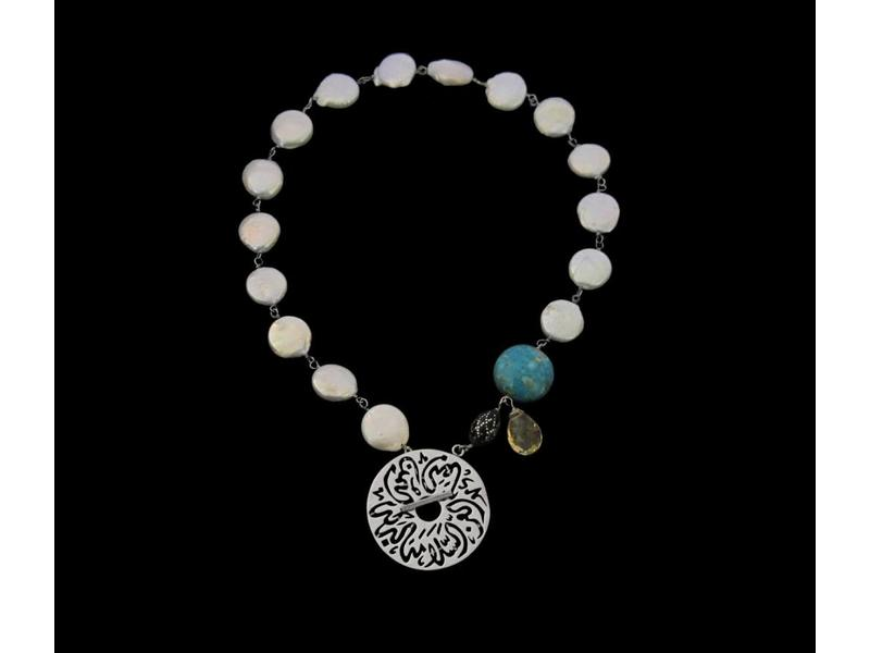 BUTTON PEARL NECKLACE WITH MEDIUM DISC CLOSURE