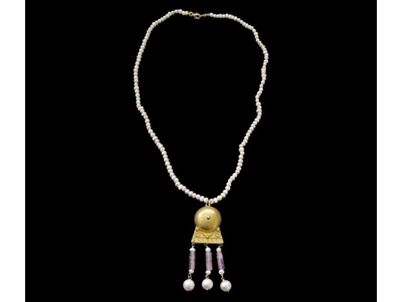 BABY PEARL NECKLACE WITH ROMAN PENDANT MOTIF