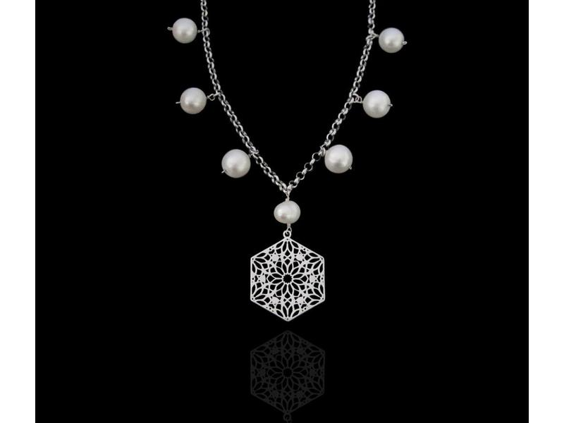 CHAIN NECKLACE WITH LARGE BAROQUE PEARLS AND HEXAGON