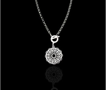 THICK CHAIN WITH FRONT CLOSURE AND CIRCULAR GEOMETRIC PENDANT