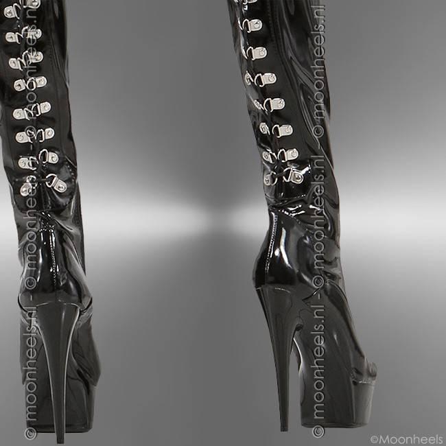 Elegante zwart lak overknee laarzen met chique rijgveterdetail