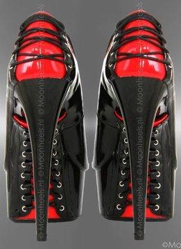 Classy lak high heels met rood-zwarte korsetsluiting