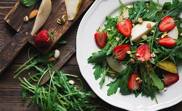 Aardbeien-perensalade met pistachenoten en amandelen