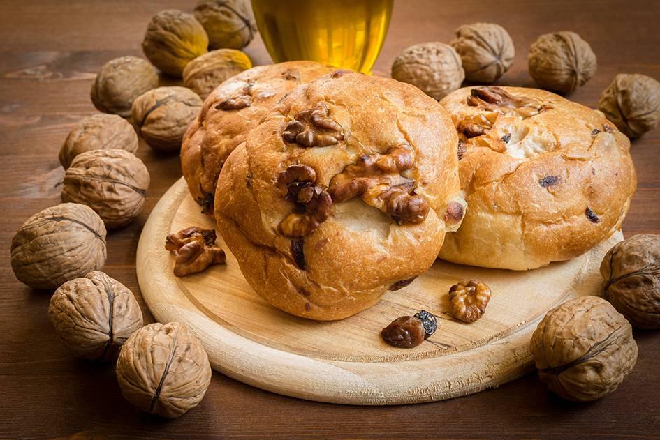 Broodjes met walnoten en rozijnen