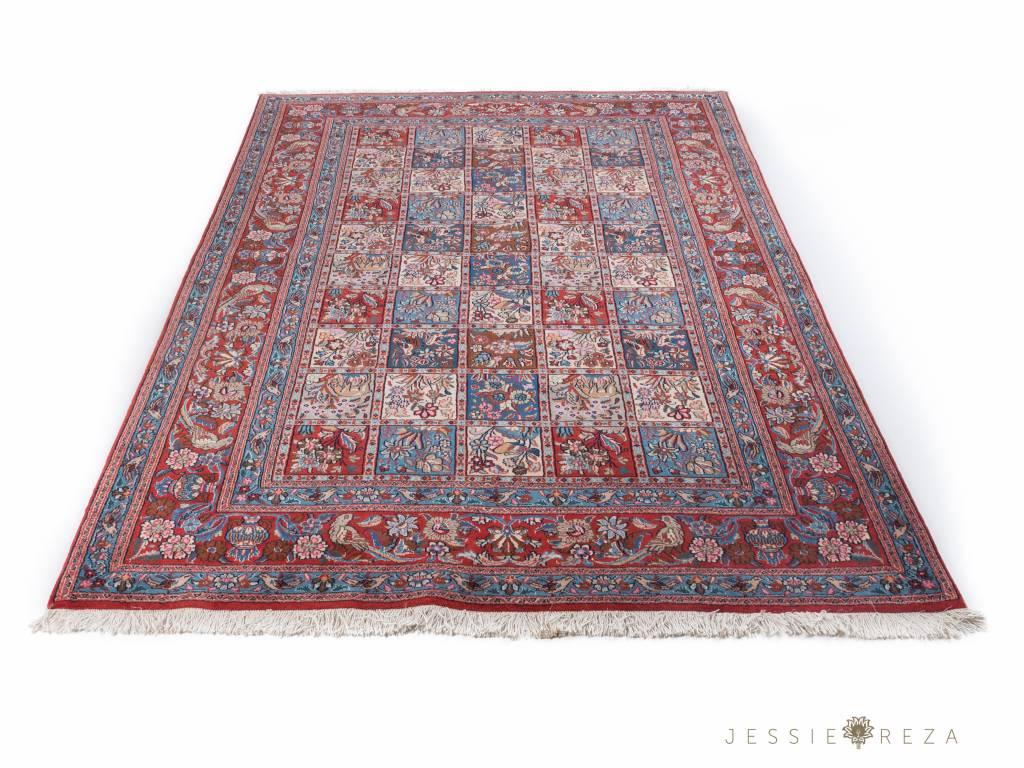 Klein Perzisch Tapijt : Perzisch tapijt laagpolig overwegend rood van kleur met patronen