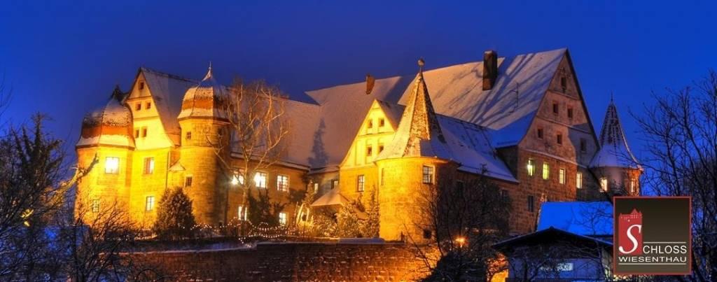 Weihnachtsmarkt im Schlosshof mit essArt