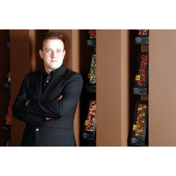 - CARRÉ | Weiße Schokolade mit Pecanüsse, Pistazien aus Bronte, gefriergetrocknete Sauerkirsch-Stücke, 50g