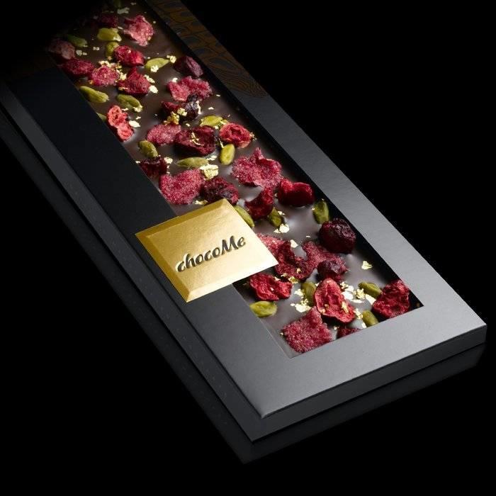 - ENTRÉE | Valrhona dunkle Schokolade, Bronte Pistazien, Rosenblätter, 23 Karat Goldflocken