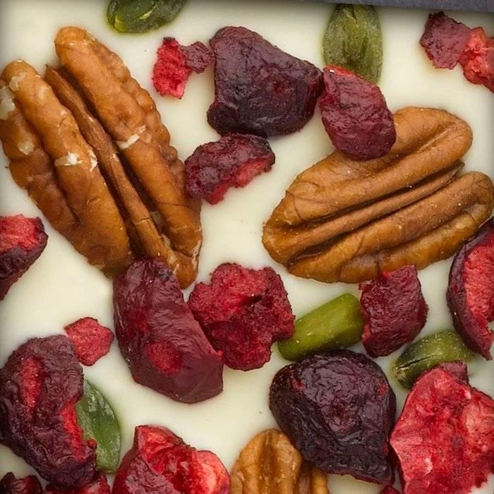 - CARRÉ | Weiße Schokolade mit Pecanüsse, Pistazien aus Bronte, Sauerkirsch