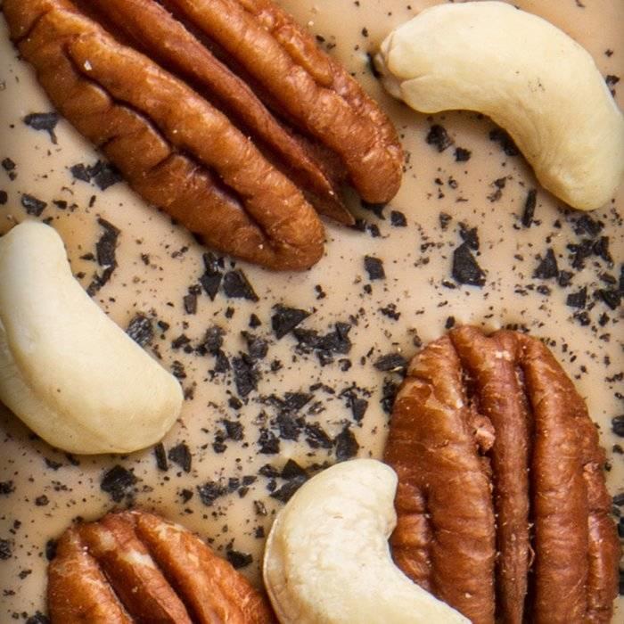 - ENTRÉE | Valhrona 32% blonde Schokolade mit Schwarzes Salz, Pecannüsse
