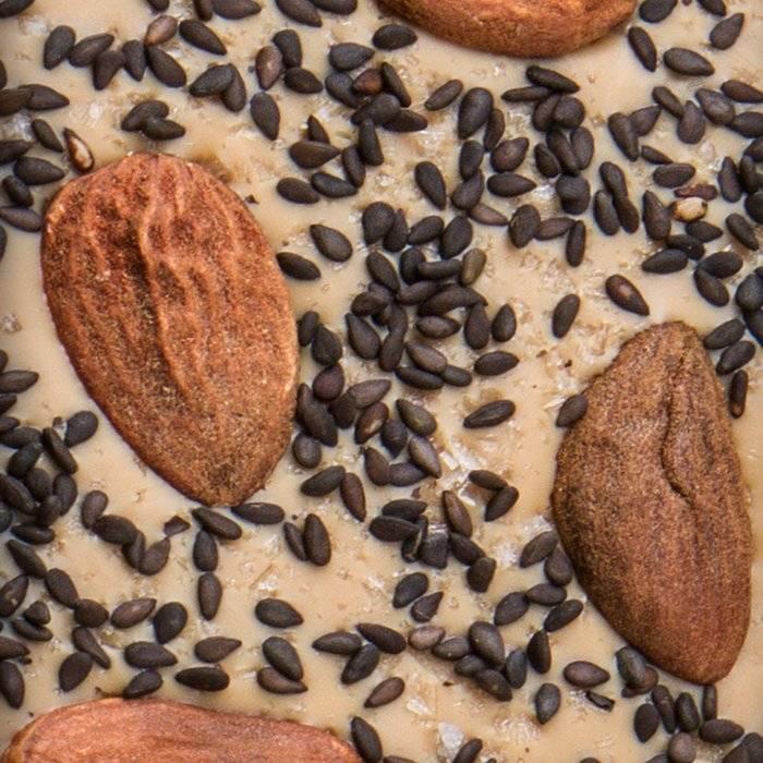 - CARRÉ | blonde Schokolade mit Maldon Salz, schwarzer Sesam, Sizilianische Mandeln
