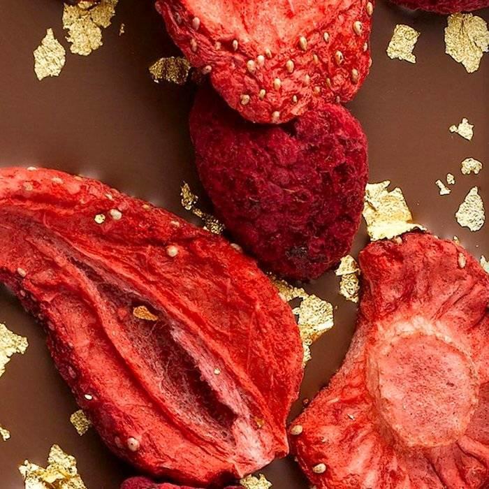 - ENTRÉE | Milchschokolade mit Erdbeere, Himbeere und 23 Karat Goldflocken