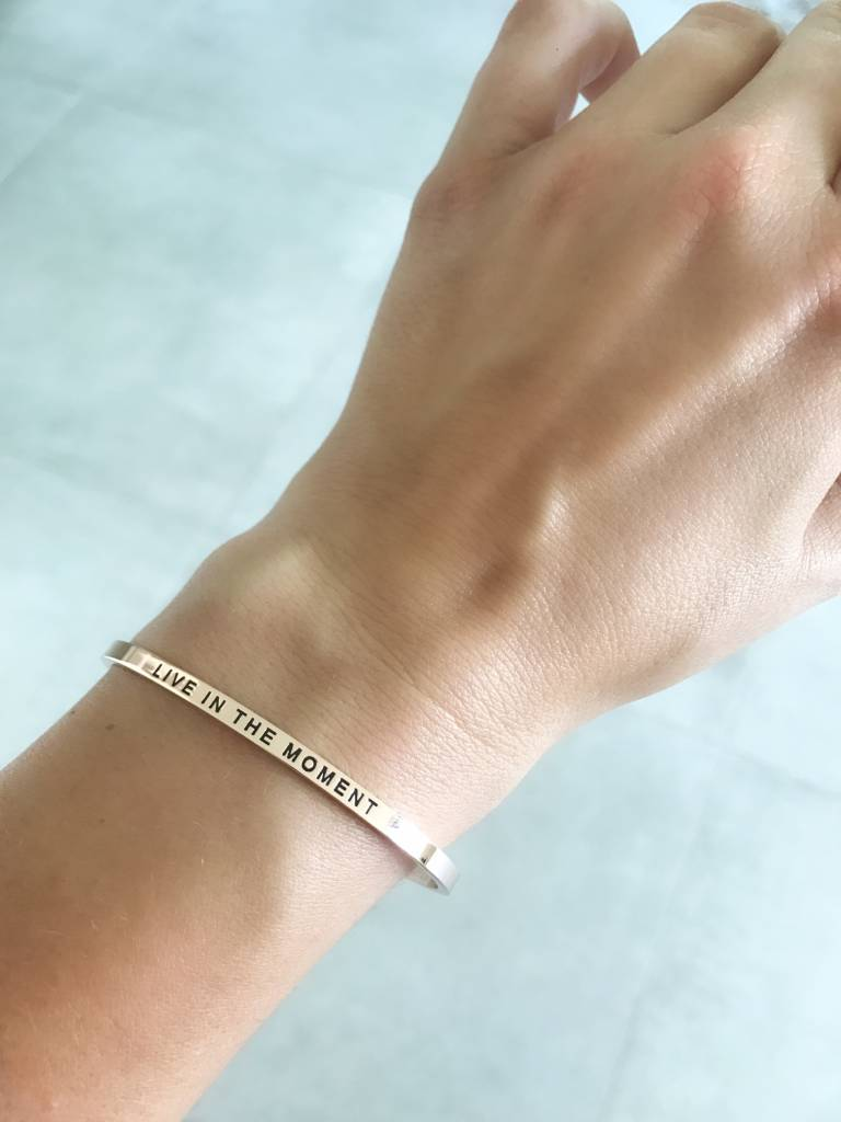 """LIVE IN THE MOMENT"" Armreifen ROSEGOLD"