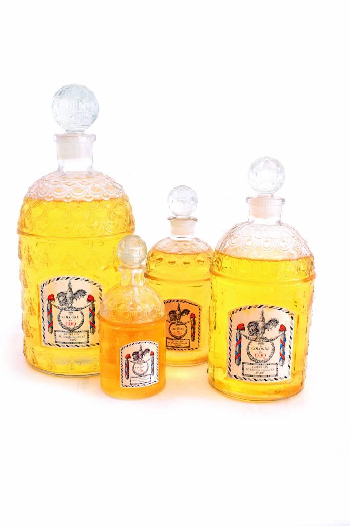 Decoratieve set grote Guerlain parfum flessen.