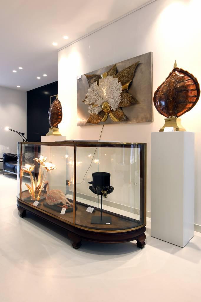 Antieke vitrinekast  afgewerkt met massief eik en koper