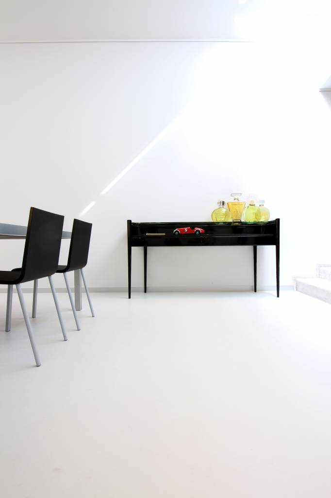 Art-Deco sidetable in black piano lacquer