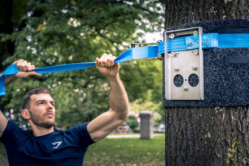 Matelas de protection et sangle de tension pour installation de la barre de traction pour arbre sur un arbre/poteau