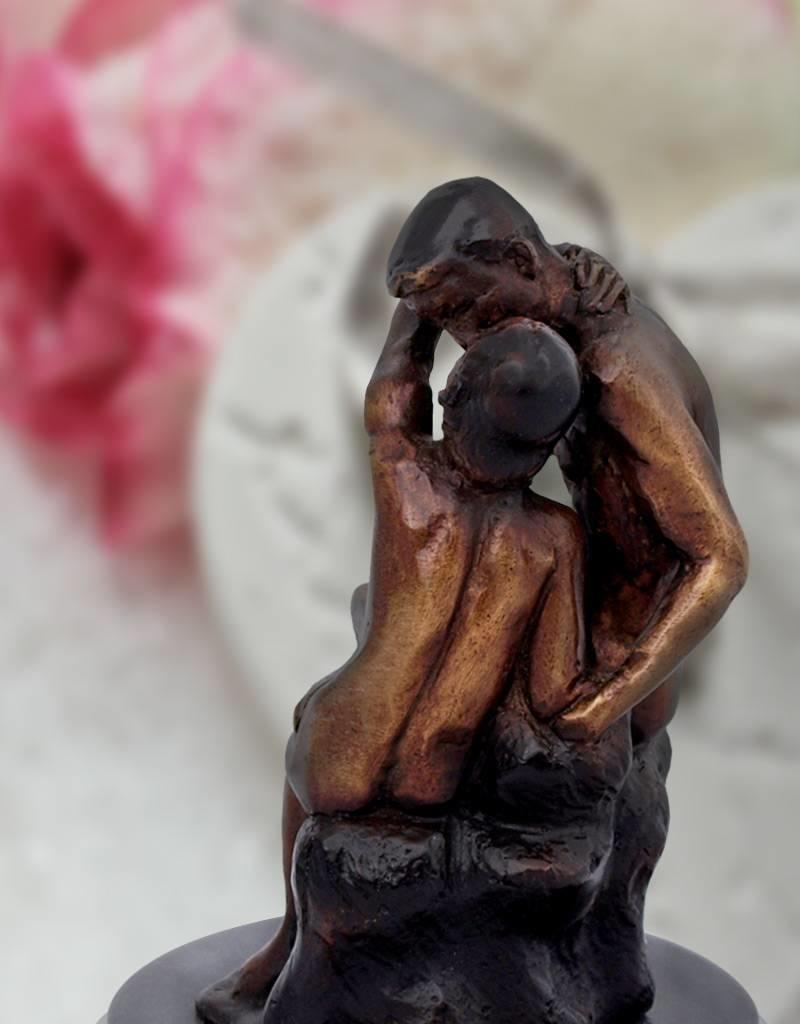 Der Kuss – Kleine Bronzeskulptur auf Marmorsockel