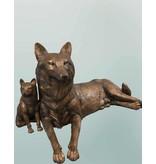 Lyconia – Skulptur einer Wölfin mit Welpen