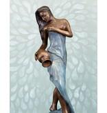 Filomena Wasserspiel – Sinnliche Frauenskulptur Wasserspeier auf Marmorsockel