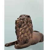 Mios – Skulptur eines liegenden Löwen (links)