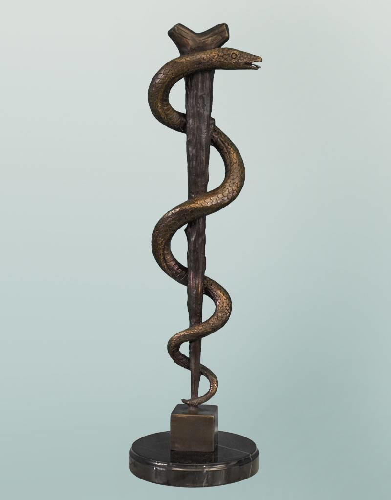 Äskulapstab Bronzefigur auf Marmorsockel