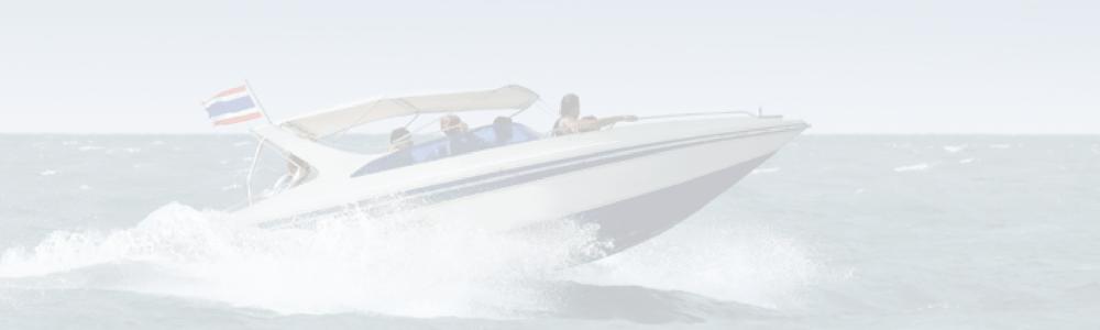 speedboot met vlaggenstok